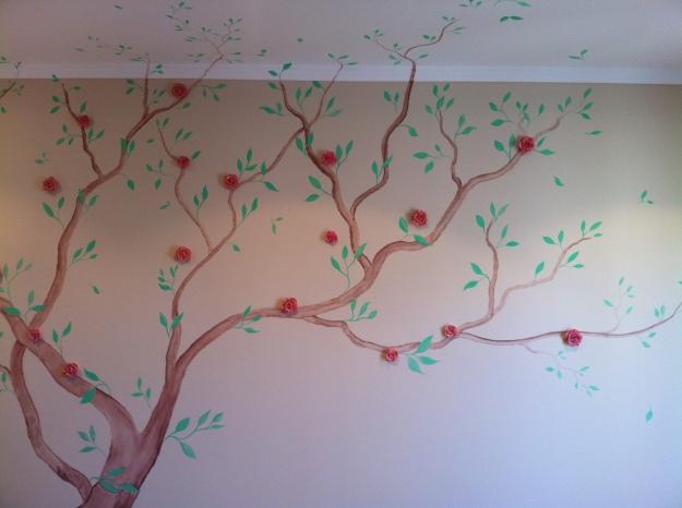 Árvore aquarelada com aplique de flores de resina para quarto de menina.
