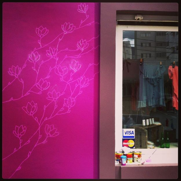 Intervenção floral na fachada da loja Magnólia, em Campinas.