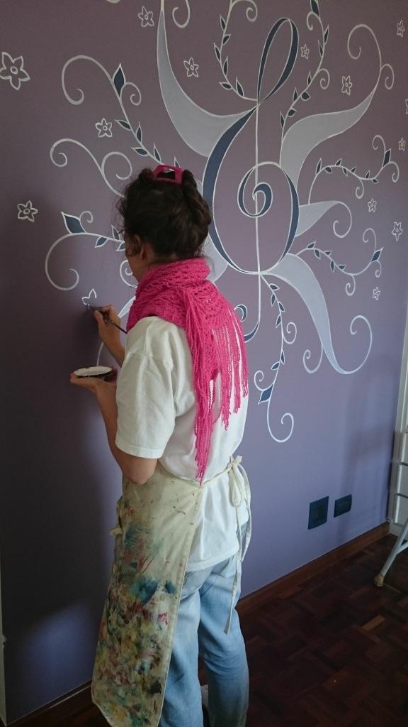 Entrei com flores para preencher o espaço e harmonizar a composição. Foto da cliente. ;-)